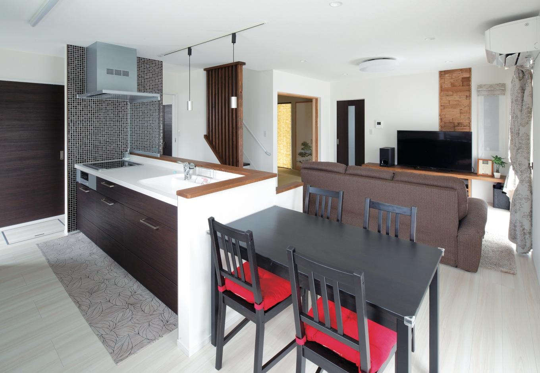 KureKen 榑林建設【子育て、省エネ、間取り】ダイニングテーブルをキッチンと1列に並べて家事効率をアップ。コンロ横の壁には好みのタイルを張ってもらった