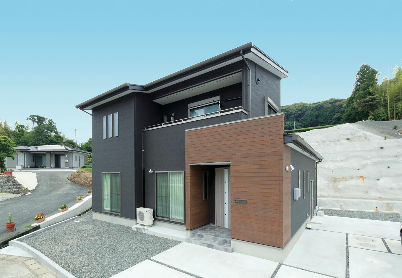 KureKen 榑林建設【子育て、省エネ、間取り】のどかな環境にシャープなフォルムが映える。玄関脇には自転車置き場があり、雨に濡らさず保管できる。屋根には 6.54kWの太陽光パネルを搭載する