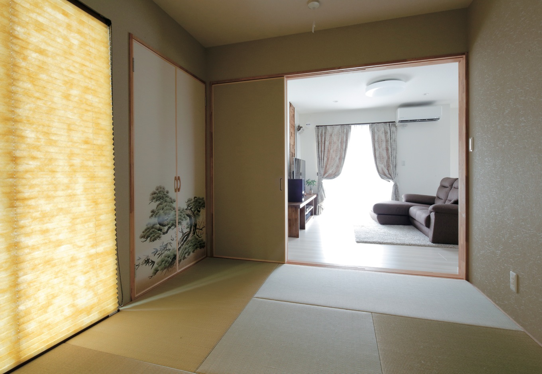 KureKen 榑林建設【子育て、省エネ、間取り】和室は客間としてはもちろん、お昼寝したり洗濯物を畳んだりと多様な用途に。襖の絵柄まで要望に応えてもらった