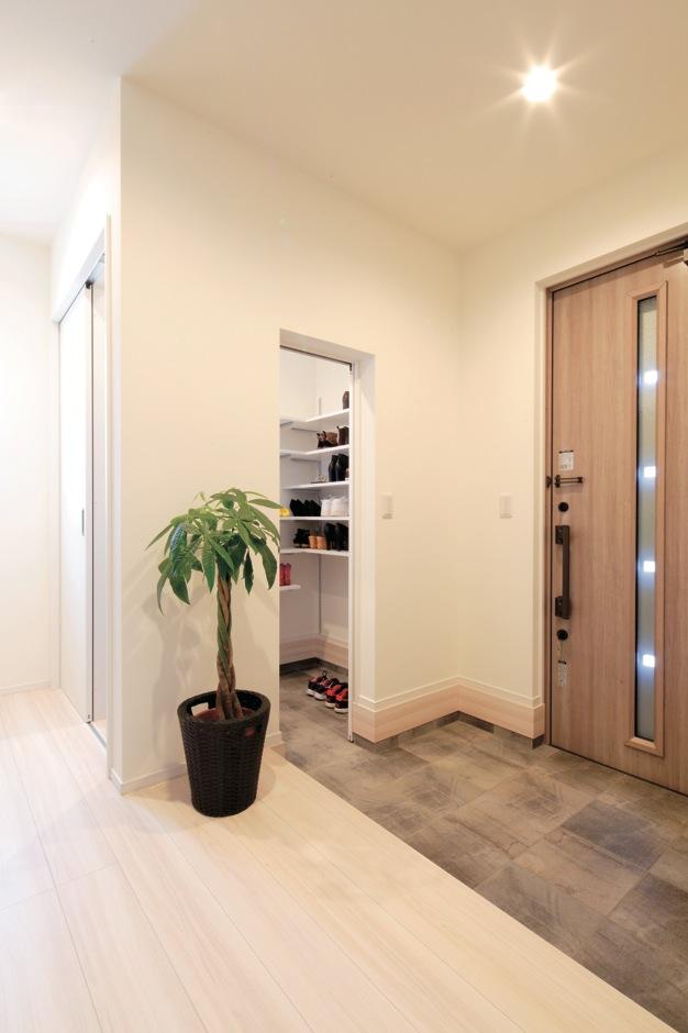 KureKen 榑林建設【子育て、省エネ、間取り】シューズクロークには可動棚が設置され、玄関のスッキリに貢献。玄関正面のニッチはあとから追加してもらった