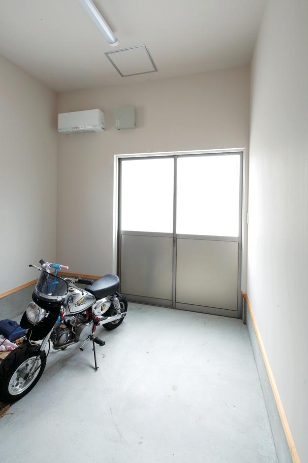 ガレージ兼物置きは、室内からもアクセス可能。ご主人の趣味の時間以外にも重宝している