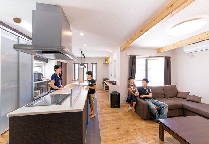 アイランドキッチンは奥さまのご希望。動きやすく、リビングにいる家族との会話も弾む