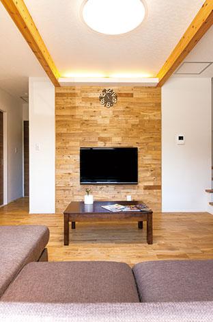床と同じタモを立体的に張ったアクセントウォール。飾り梁と間接照明で落ち着いた雰囲気を演出した