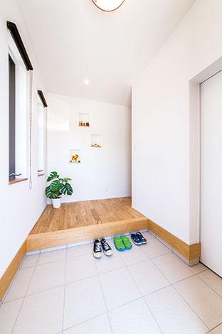 玄関を入って右側が家族用のシューズクローク。表玄関をいつもきれいにしておける