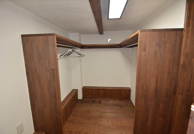 WEEVA富士(BinO富士)考建【収納力、自然素材、屋上バルコニー】寝室のウォークインクローゼットは4畳あり、造作棚にハンガーパイプと枕棚をつけたことでたっぷり収納できるように