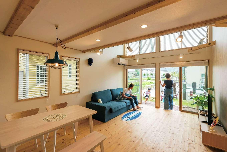 外とつながるLDK。キッチンからリビング、ウッドデッキ、そして庭へ。暮らしの境界をあいまいにすることで自分たちらしく空間を使え、自然の恩恵も受け取りやすくなる