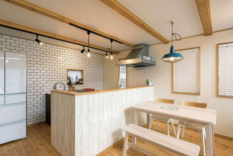 WEEVA富士(BinO富士)考建【デザイン住宅、趣味、自然素材】どうしても叶えたかったタイル貼りのキッチン。照明も1つ1つ丁寧に吟味した
