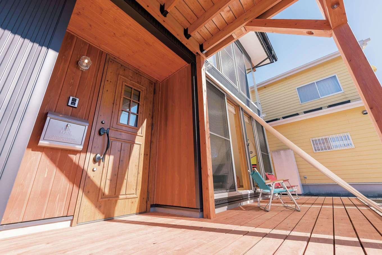 「BOOOTS」は敷地を上手に活かし、自然と親しみながら暮らせる環境を提供。1階のウッドデッキはアウトドアリビングとして使える