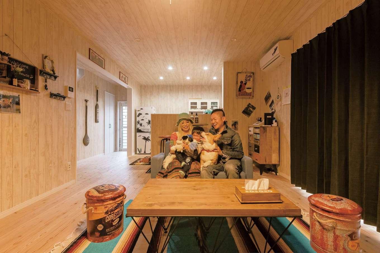 無垢の床を敷き詰めて、ナチュラル感を強調。家具やインテリア雑貨はアメリカンテイストで統一。「生活感のない家にしたい」というこだわりをとことん追求した空間に