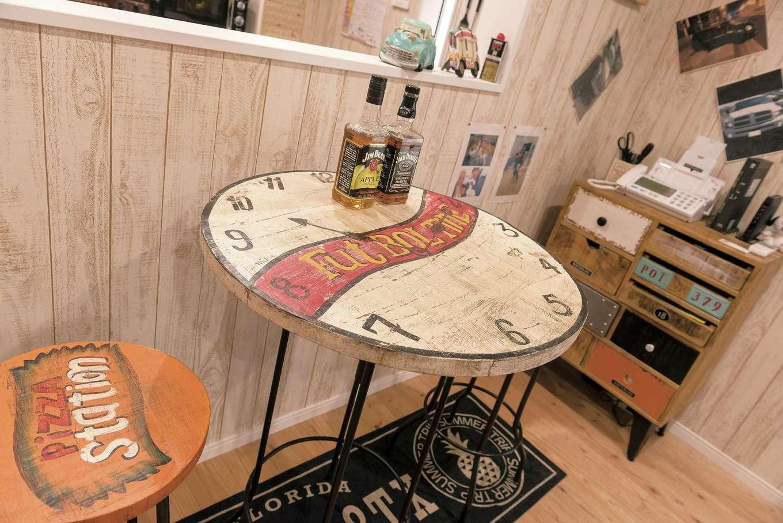 木の風合いやペイントのタッチなど、細かな部分もこだわって選んだ家具