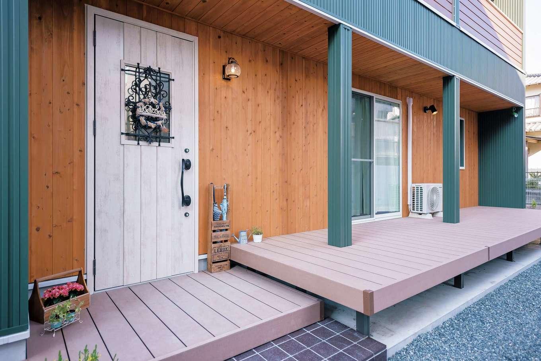 ファサードとデッキの軒天井の杉板のコントラストも絶妙