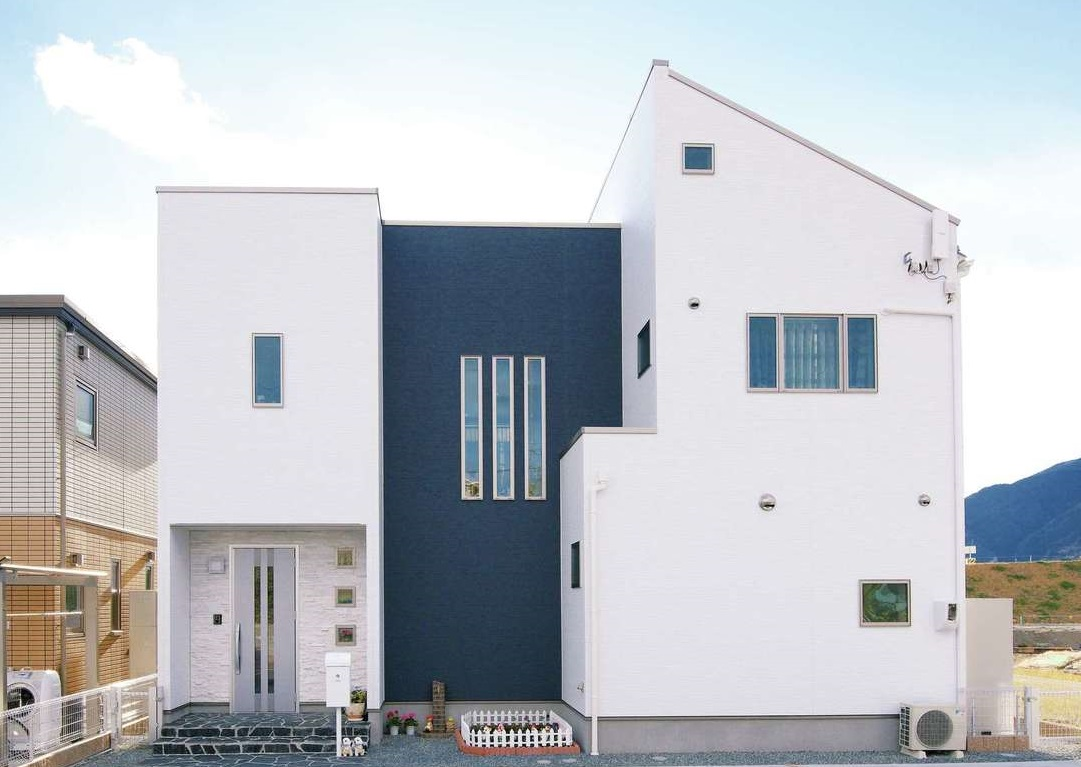 「よそにあまりない形でカッコいい家にしたかった」とご主人。白と紺のツートンの配色で悩んだが『アフターホーム』からの提案で中央を紺に。それでよかったと満足そう