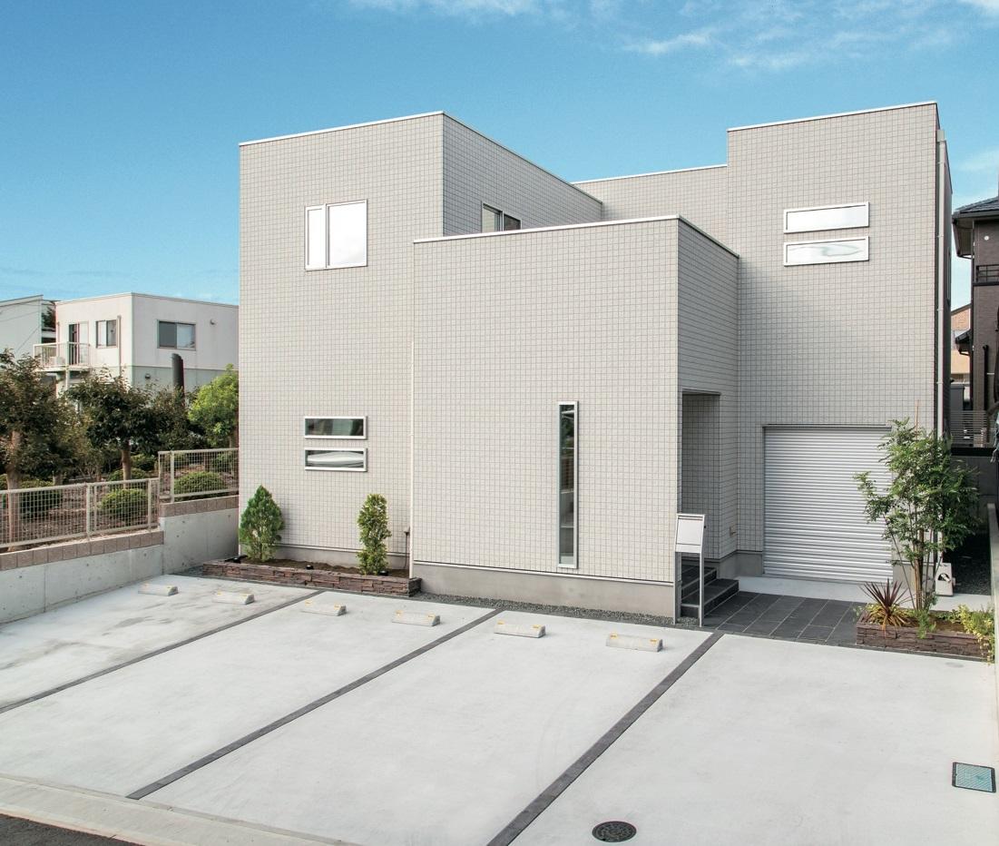 アフターホーム【1000万円台、デザイン住宅、趣味】来客や、将来子どもが車を所有することも考えて、駐車スペースは4台分を確保。通りから直接玄関が見えないのも安心