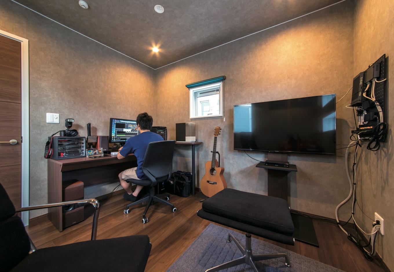 アフターホーム【1000万円台、デザイン住宅、趣味】写真や音楽など、多趣味なご主人の書斎は、ダークカラーのフローリングとクロスを用いた。照明は調光可能で照度を落とせばシアターのような空間で映画鑑賞が楽しめる