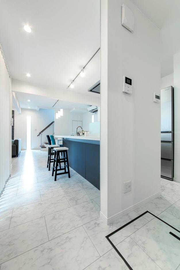 アフターホーム【1000万円台、デザイン住宅、趣味】耐力壁を利用してアイランドキッチン風に。給湯のスイッチなどを来客から見えない壁面に取り付けた