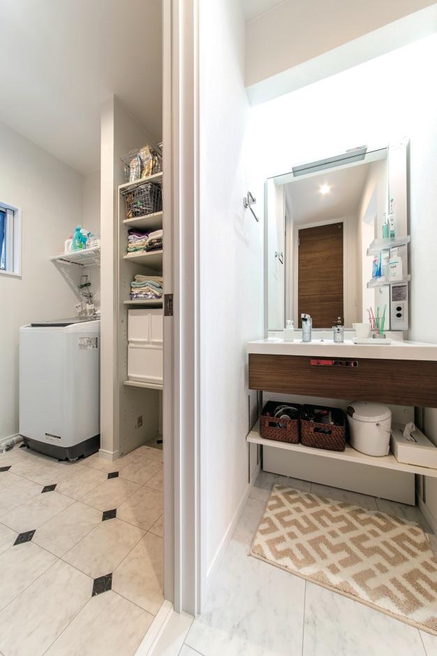 アフターホーム【1000万円台、デザイン住宅、趣味】脱衣所は、脱いだ衣類などがあるプライベートスペース。来客も気兼ねなく使えるように、洗面スペースを独立させた