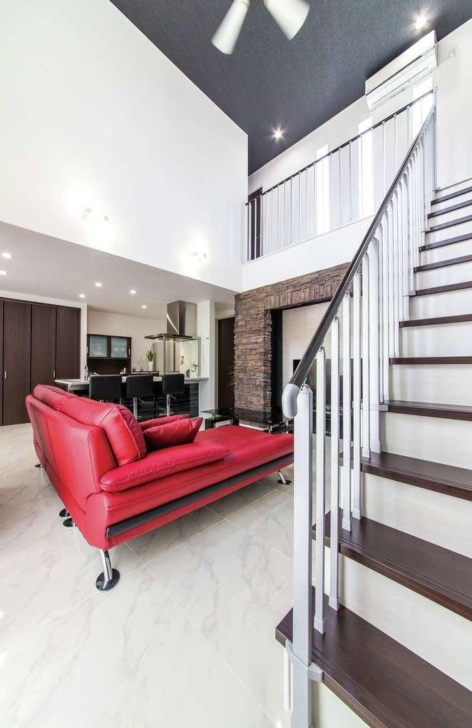 アフターホーム【1000万円台、デザイン住宅、間取り】リビング階段はご主人の憧れ。赤いソファが空間の差し色に