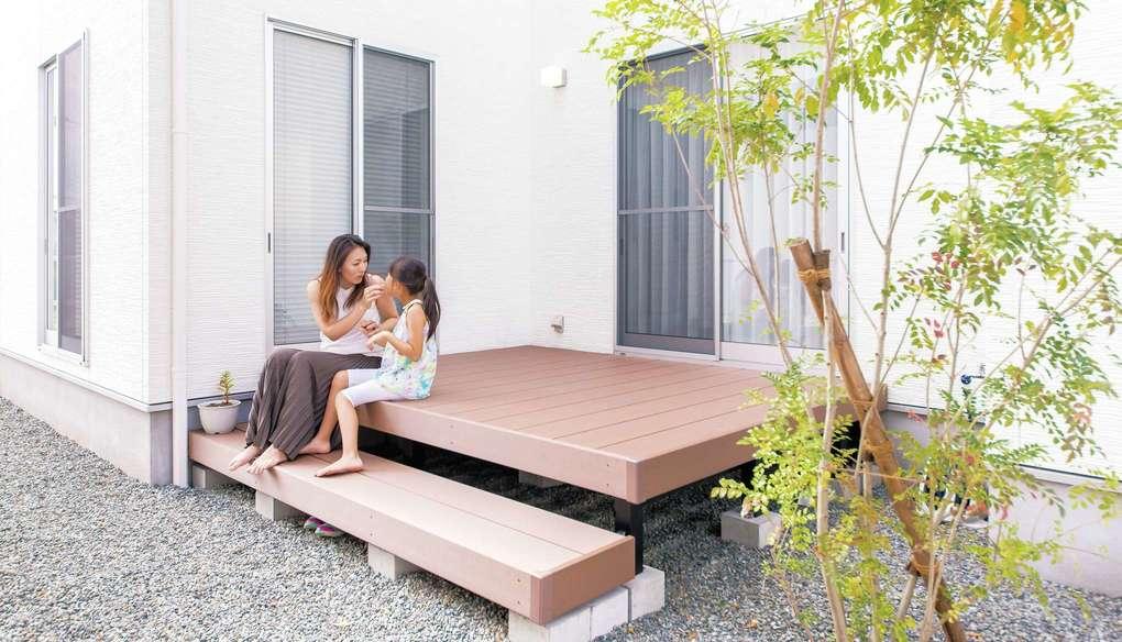 アフターホーム【1000万円台、デザイン住宅、間取り】リビングの外に設けたデッキ。友人たちを招いてバーベキューをしても、充分な広さ