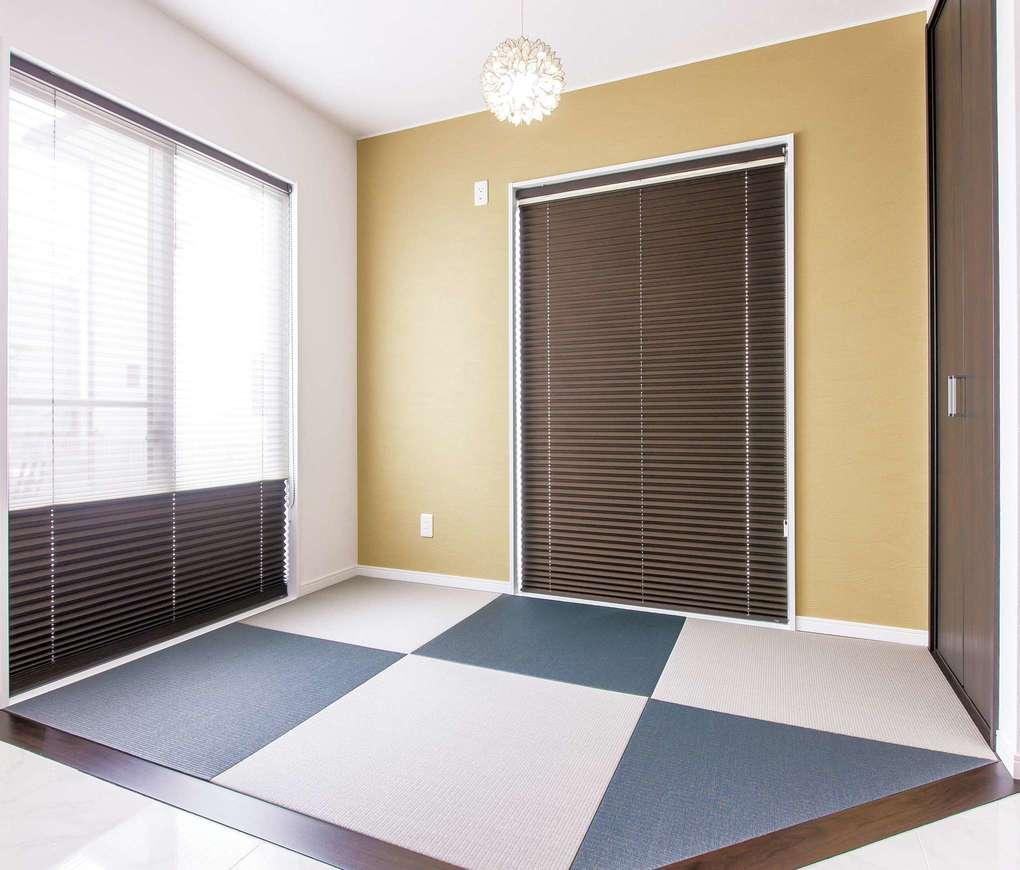 アフターホーム【1000万円台、デザイン住宅、間取り】長女のおひな様を飾るために設けた畳スペース。ツートンカラーの琉球畳は、シンプルモダンなLDKとも相性がいい