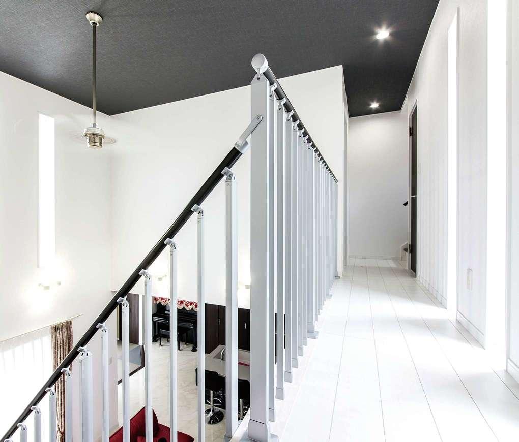 アフターホーム【1000万円台、デザイン住宅、間取り】2階は吹き抜けを挟んで二部屋。廊下にはスリット窓を取り付けて、リゾートに佇むメゾネットのような雰囲気に