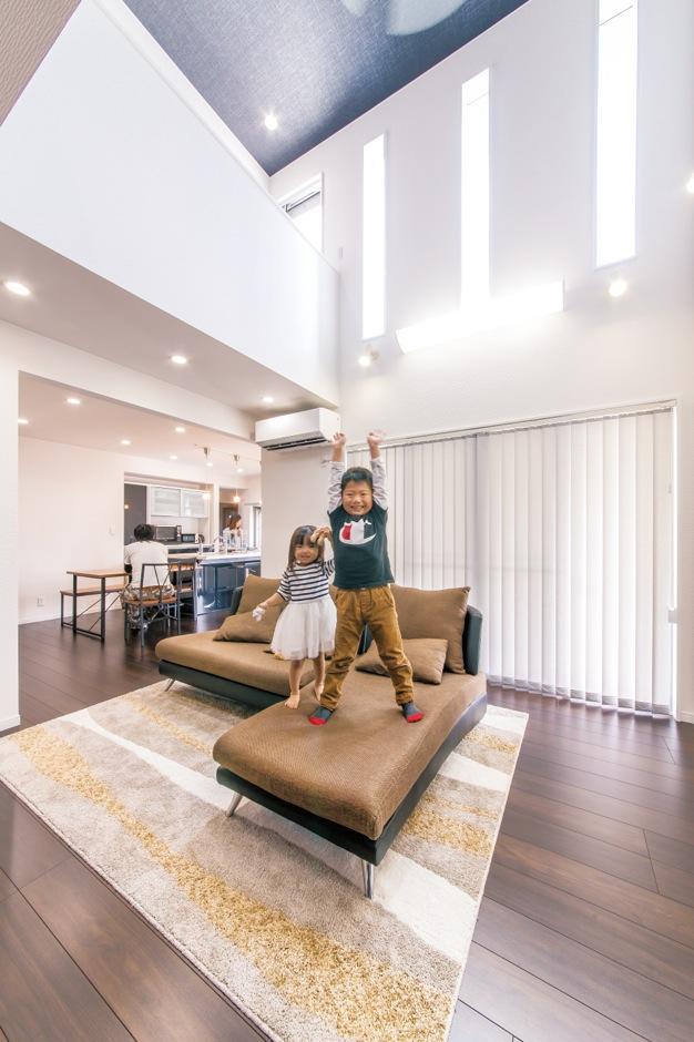 アフターホーム【1000万円台、子育て、ガレージ】吹き抜けを設けたリビング。上部のスリッ ト窓から、日中は陽射しが差し込み、明るく開放的な空間。子どもたちものびのび過ごすことができる、家族が集う空間だ