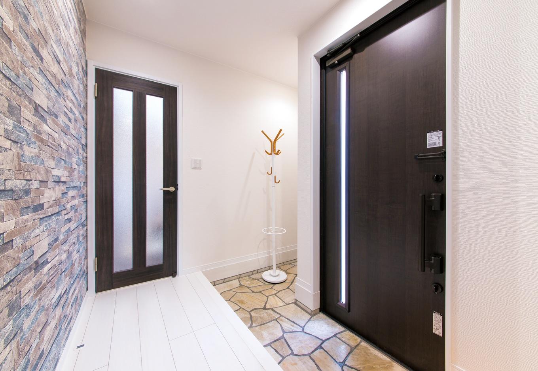 玄関も白とダークブラウンで統一。コートハンガーなどが置ける、ちょっとしたスペースが便利