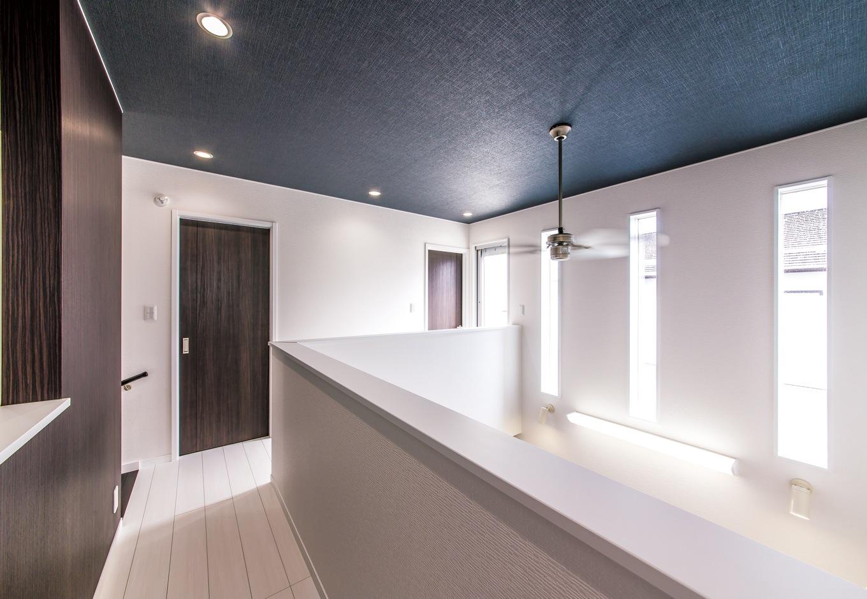 吹き抜けで階下とつながる2階のホール。個室のプライバシーも守りつつ、家族の気配を感じながら過ごすことができる