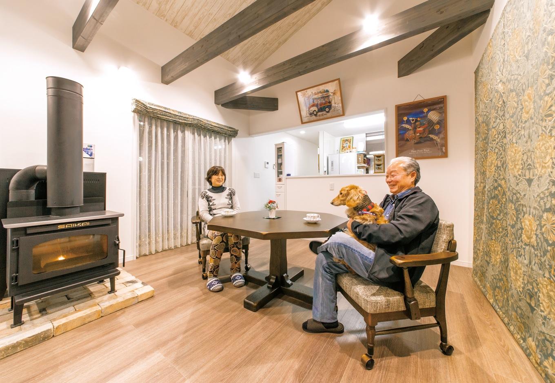 アフターホーム【1000万円台、デザイン住宅、夫婦で暮らす】家の中で最もくつろぐ時間が長いLDKは、21.5畳と広さも申し分なし。中央には念願のペレットストーブを設置。暖を取るだけでなく、天板で調理も可能。