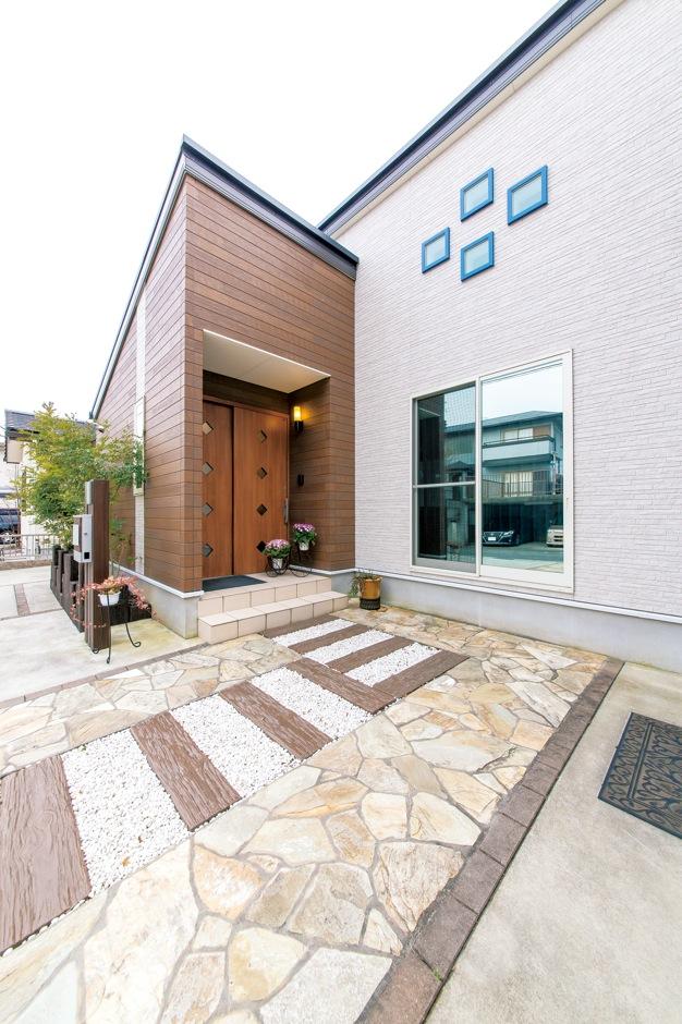 アフターホーム【1000万円台、デザイン住宅、夫婦で暮らす】玄関は省スペースの引き戸に。アプローチに使用した枕木がお洒落。外構も込みで相談でき、予算が立てやすかったそう