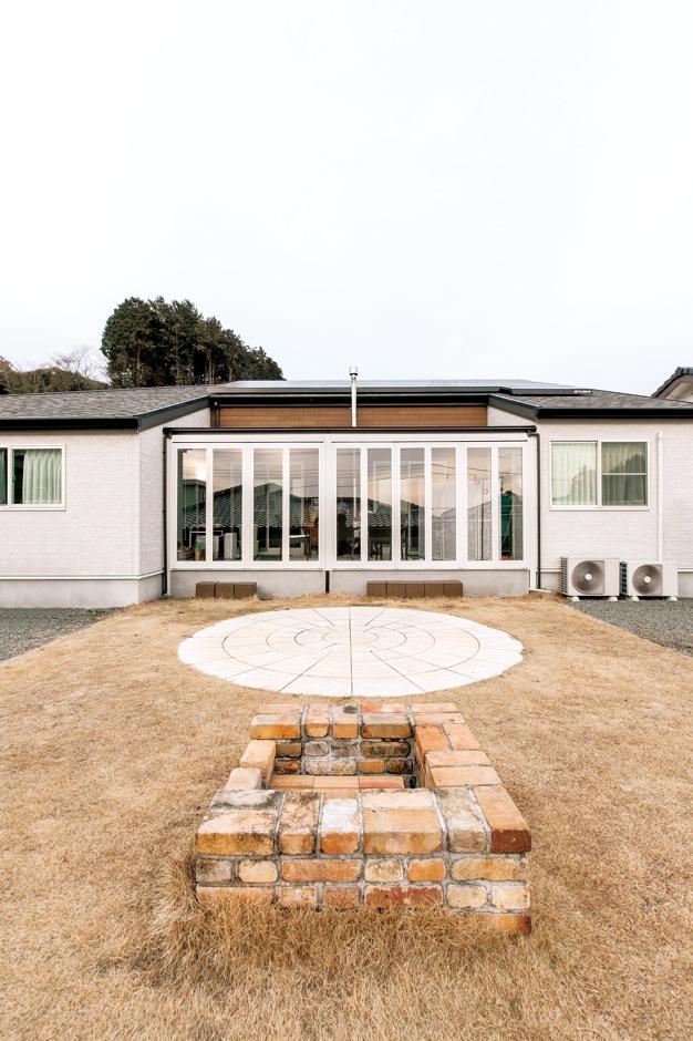 アフターホーム【1000万円台、デザイン住宅、夫婦で暮らす】部屋数がそれほど必要でなくなったため、庭を広くとり、レンガ組みのバーベキュースタンドを設置。友人や親戚をたくさん招いて賑やかな時を過ごせる。