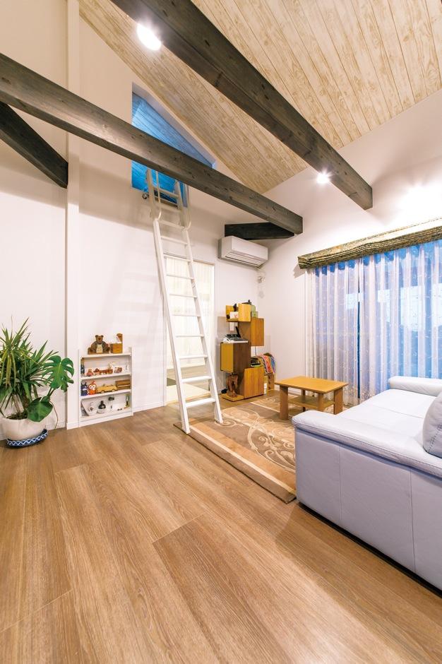 アフターホーム【1000万円台、デザイン住宅、夫婦で暮らす】ロフトには荷物がたっぷり収納できる。はしごかけの下の収納棚は、大工さんの造作