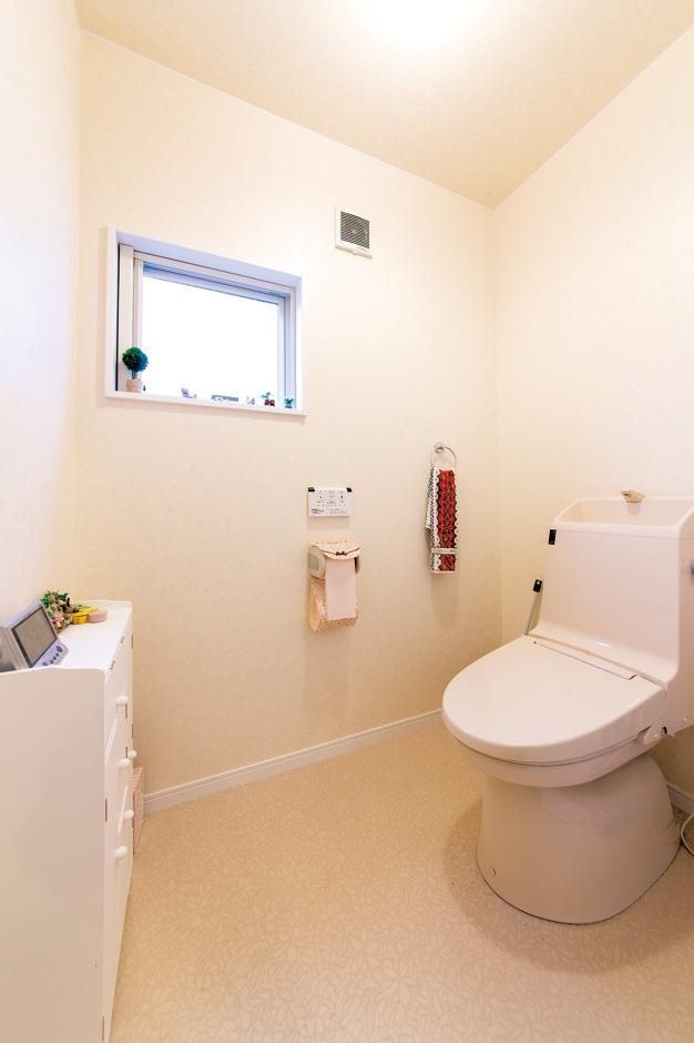 アフターホーム【1000万円台、デザイン住宅、夫婦で暮らす】寝室脇のプライベートトイレ。バリアフリーで、万が一車椅子が必要になってもゆとりのスペース