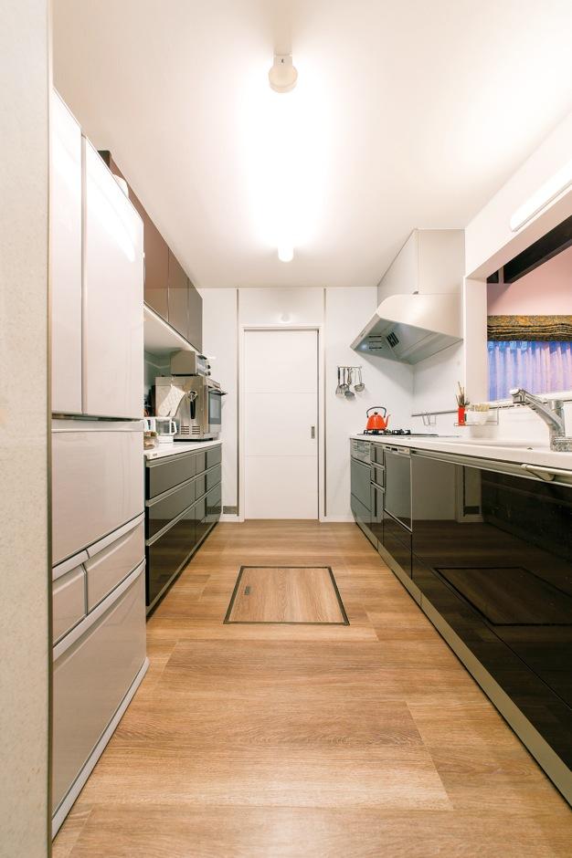アフターホーム【1000万円台、デザイン住宅、夫婦で暮らす】奥さまの希望で、収納の多いシステムキッチンにグレードアップ。勝手口を兼ねた土間と床下で収納も万全