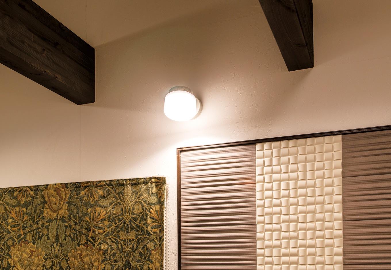 アフターホーム【1000万円台、デザイン住宅、夫婦で暮らす】リビングの壁にはエコカラットをあしらった。調湿、消臭効果に優れていて、ペットの匂いも気にならない
