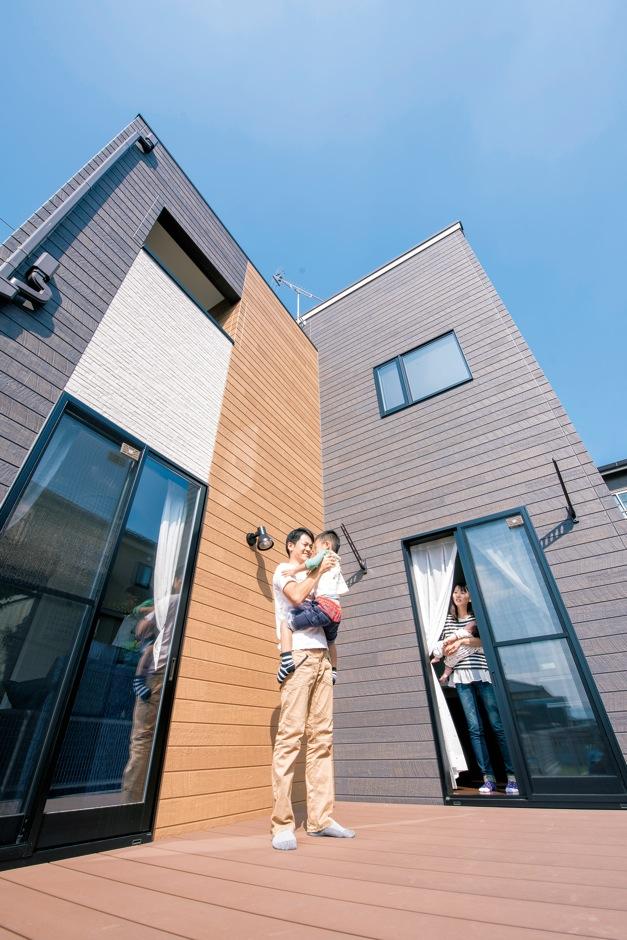 アフターホーム【1000万円台、デザイン住宅、子育て】キッチンとリビングを繋げるように設置 したデッキ。道路からは奥まり、外からの視線を気にせず家族がのんびりと過ごせる、アウトドアリビング