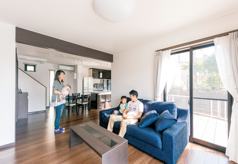 アフターホーム【1000万円台、デザイン住宅、子育て】リビングを広く、というのがなによりの希望だった。キッチンダイニングとリビングをL型に配することで、程よい独立感のあるゆとりのスペースが誕生
