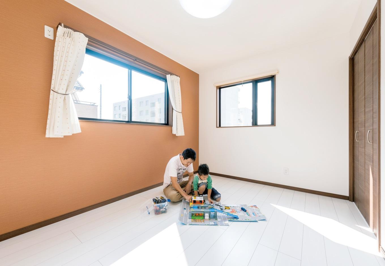 アフターホーム【1000万円台、デザイン住宅、子育て】子ども部屋にはオレンジの クロスをチョイス。自分だけのクローゼットは、お子さんの自慢のひとつのよう