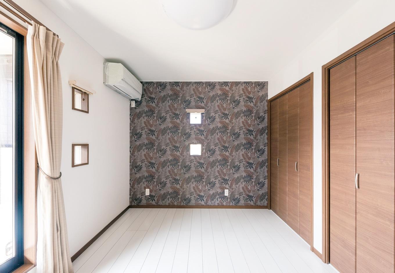 アフターホーム【1000万円台、デザイン住宅、子育て】2階の床は、明るさを重視して白いフローリングに。寝室の壁はおすすめされたボタ ニカルデザインのクロスを貼って、シックな印象に