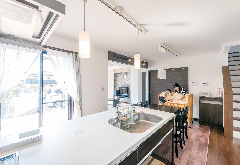 アフターホーム【1000万円台、デザイン住宅、子育て】キッチンからは、子どもがいるリビングや和室にも目が届く。リビングからは独立感があるので、来客時にも気兼ねがいらない