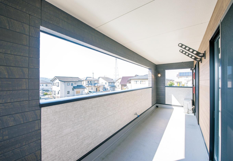アフターホーム【1000万円台、デザイン住宅、子育て】屋根を付けたいという奥さまの希望で誕生したインナーバルコニー。大きな開口部で採光を確保しつつ、雨の日の洗濯物も安心