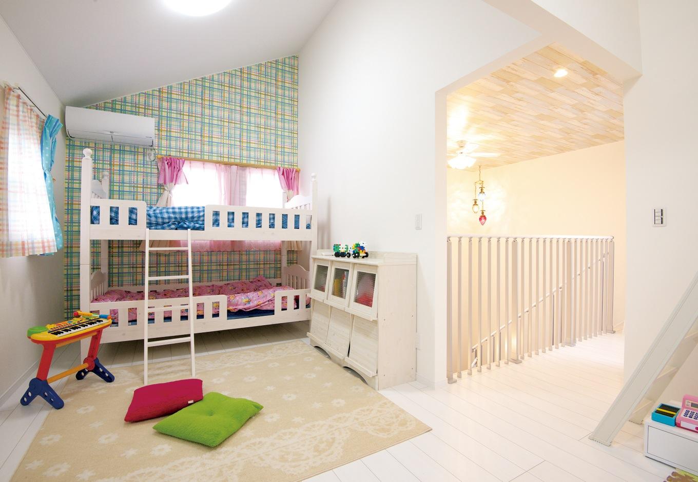 アフターホーム【1000万円台、子育て、狭小住宅】2階のホールから続く子ども部屋。扉がないので、子どもたちの様子が階下まで伝わる。勾配天井を活かしてロフトも設置。将来は壁で仕切りそれぞれの個室に