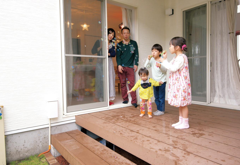 アフターホーム【1000万円台、子育て、狭小住宅】屋根付きなので、雨の日でも遊べるデッキ。キッチンやリビングからも目が届き、奥さまも安心