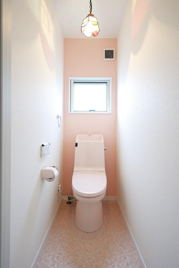 アフターホーム【1000万円台、子育て、狭小住宅】ピンクでまとめたトイレ。照明はアンティーク調のステンドグラスのペンダントライトをチョイス