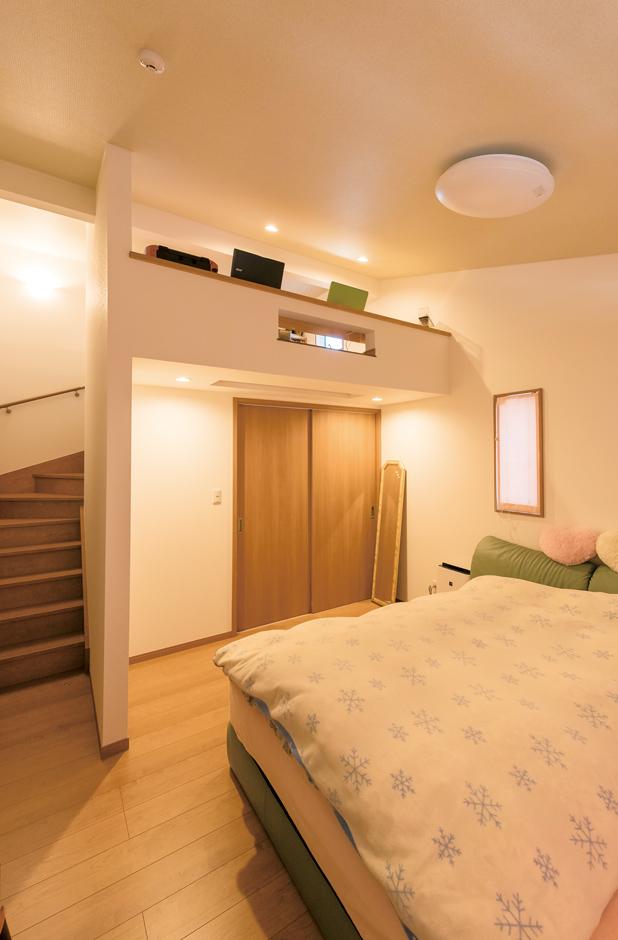 寝室のウォークインクローゼット上部のロフトは、ご主人のプライベートスペース。仕事の関係上、 深夜の帰宅後でも、奥さまの睡眠を妨げることなく自分の時間を持つことができる。足は下に伸ばして座れるのでくつろげるそう