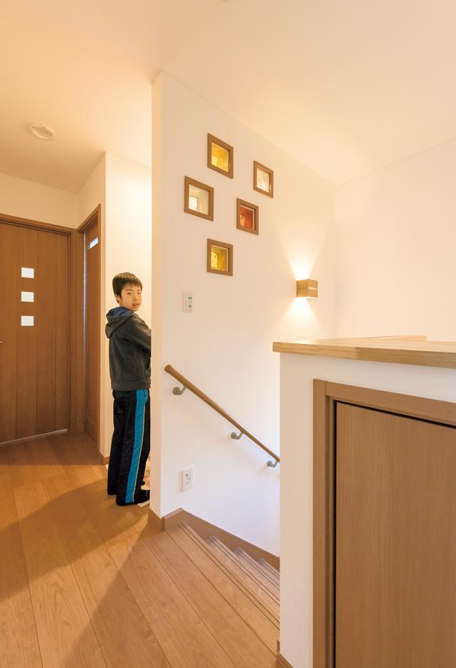 2階ホールにも洗面台を取り付けた。壁が増えた分、明かり取りに並べたガラスブロックがキュート