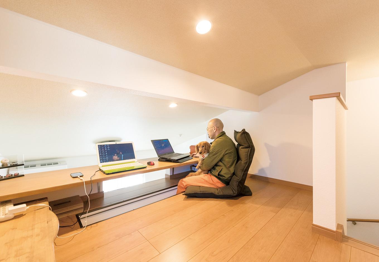 寝室のウォークインクローゼット上部のロフトは、ご主人のプライベートスペース。仕事の関係上、 深夜の帰宅後でも、奥さまの睡眠を妨げることなく自分の時間を持つことができる。足は下に伸ばして 座れるのでくつろげるそう