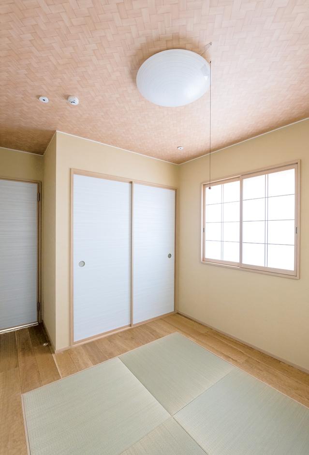 中央の琉球畳を囲むように、スプーンカットの無垢材を施した、個性的な和室