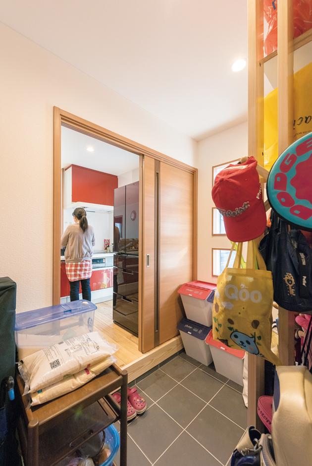 玄関収納兼パントリー。扉を開ければそこはキッチン。まとめ買いをした後も、荷物を楽に運び入れられる便利な動線