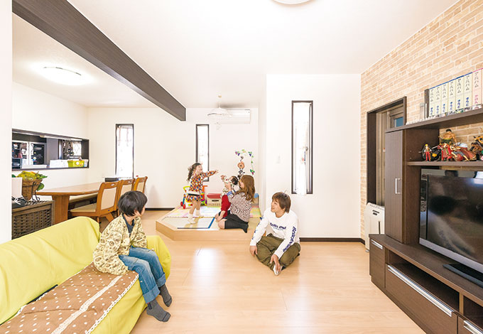 アフターホーム【1000万円台、子育て、間取り】快適な居住性とともにデザイン性も求められるリビング。一壁面の壁紙をタイル調に変え、コストを抑えながら変化を持たせた