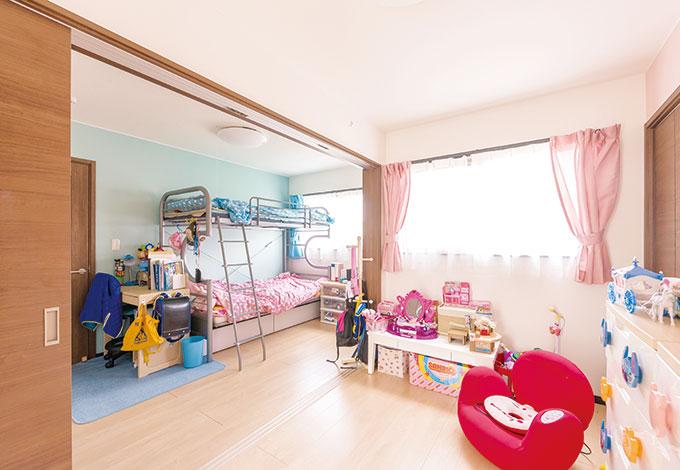 アフターホーム【1000万円台、子育て、間取り】引き戸で仕切る子ども部屋。いずれは2部屋として使うが、遊びたい盛りの今は、広々空間として兄弟が仲良く共有